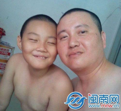 罗尚炜生病前很活泼,工友说这对父子像一对兄弟