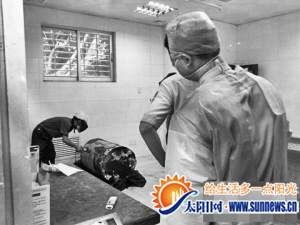 工作人员拆破藏匿尸体的油桶。(网络图片)