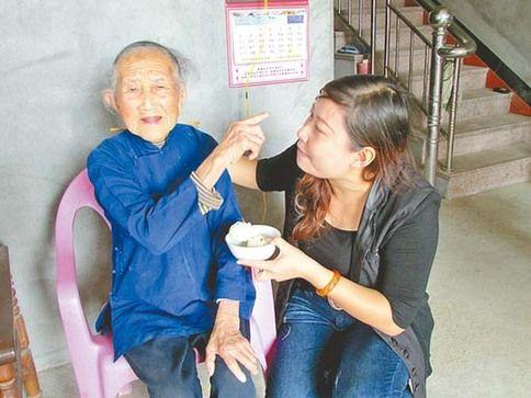 图为林珠金老寿星向记者介绍她的孙媳妇。