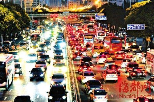 傍晚六点多,进出三环路的车辆多了,五四北路到琴亭高架桥常堵车