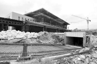 火车站北广场进站楼已经基本竣工,正在进行外墙装修,而闸道桥和地下停车场正在施工中
