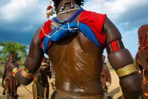 埃塞俄比亚启蒙仪式鞭打少女 以伤疤为荣