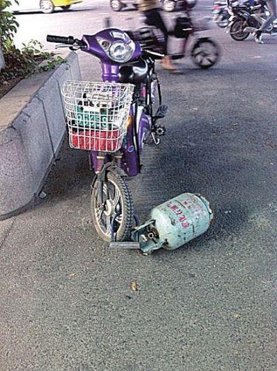 锁着煤气罐的电动车