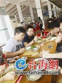 ▲校友们在食堂享用免费午餐