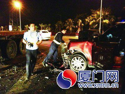 保时捷车头严重受损,气囊全部弹开。