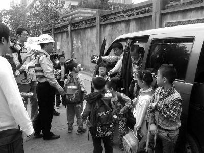 民警对面包车上小学生进行了分流
