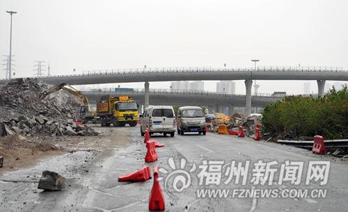 福泉高速福州连接线上施工路段路面坑坑洼洼,不时有碎石滚落。