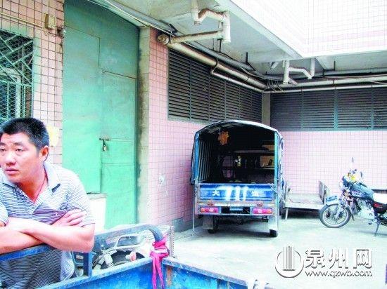 事发后,女孩一家租住的宿舍已大门紧锁。
