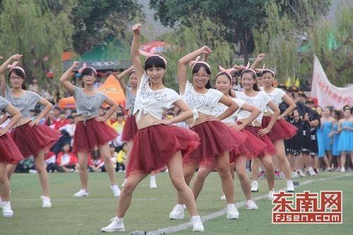 女生红群热舞