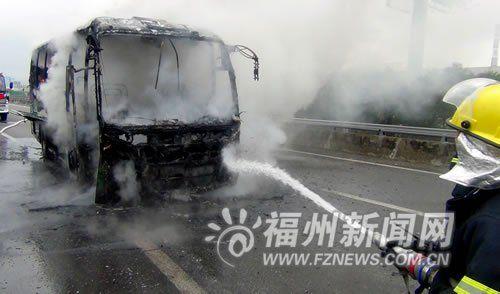 大巴车着火消防正在灭火