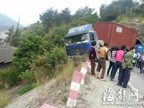 车祸发生后,集装箱车头悬路边