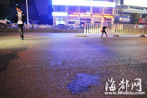 车祸现场留下一滩血迹,很多人仍在该路段横穿马路