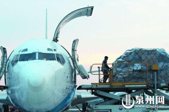 江苏南通,一家快递公司的航班装卸货物。(新华)