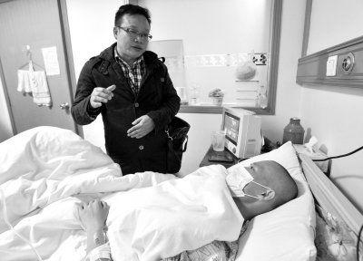 武汉红十字会遗体捐献管理中心主任骆钢强探望张琪。《楚天金报》供图