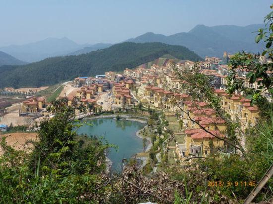 十里蓝山的别墅群在群山中掩映