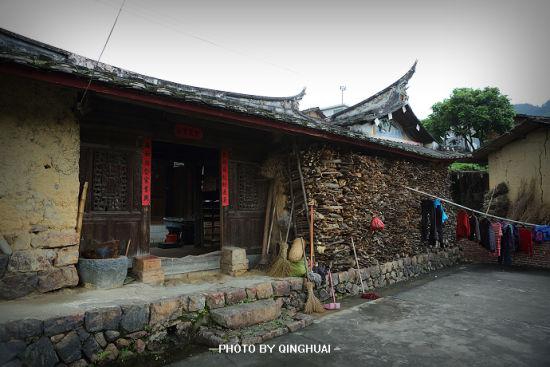 安溪的民居,门前总是堆着高高的柴火。