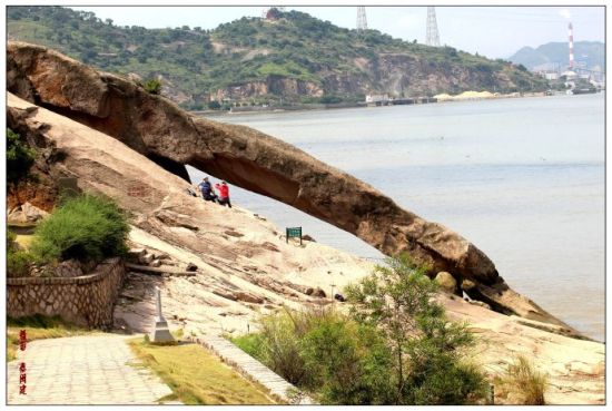 金刚腿,其实是一条从山麓伸至江中的花岗条岩。(图/阳爸爸的巧克力屋)