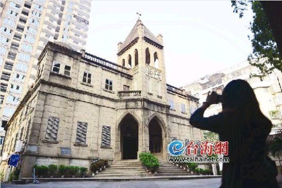 繁华市区里的古老教堂