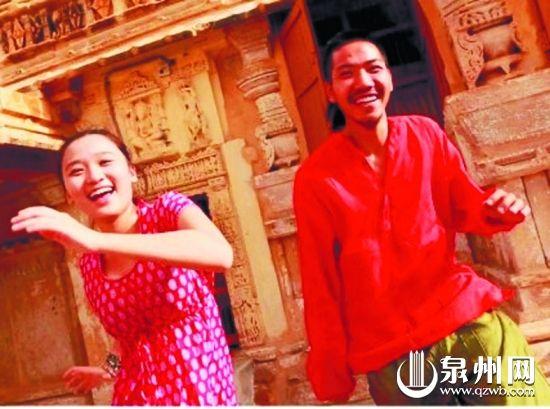 在印度,奕斌和女友开心合影留念。 (庄奕斌 供图)