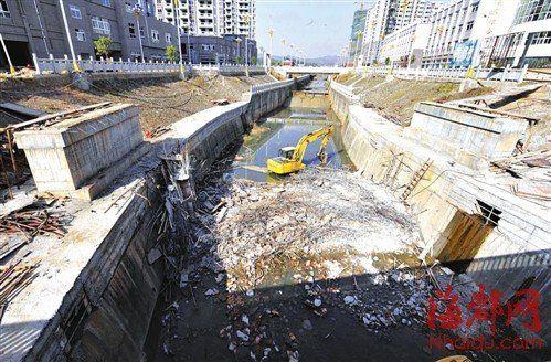 横跨河面的步行桥整个塌在了河床里,只剩两个桥墩立在岸边
