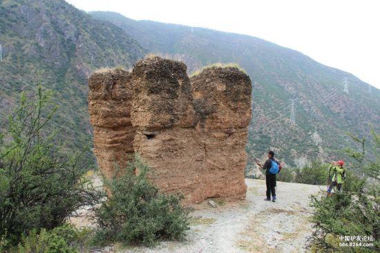 峡谷里有很多这种土楼,叫土司楼,建在高处,用来监督农民干活的