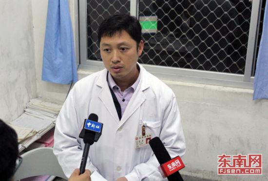急诊科医生向记者介绍伤者情况