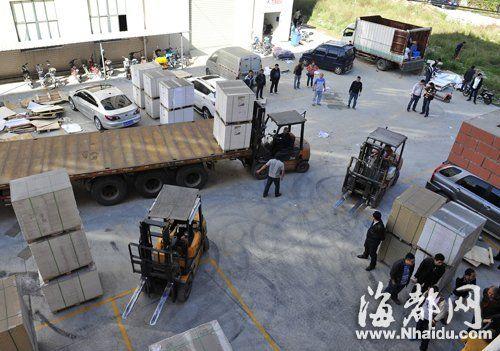 印刷公司里,挤满了哄抢货物的人,甚至连平板车都开进了厂区