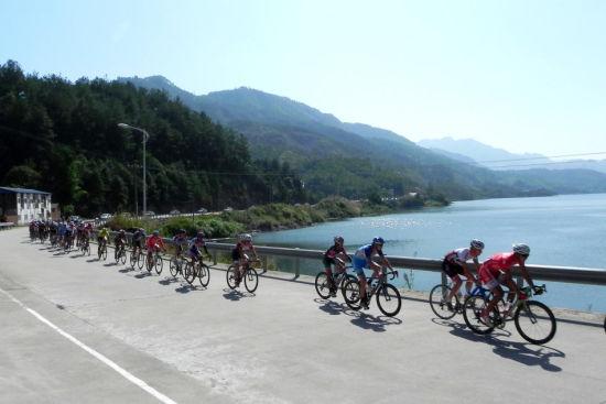 图示:骑手们在永泰路段犹如山水画的景色中穿梭 摄影:那缕阳光