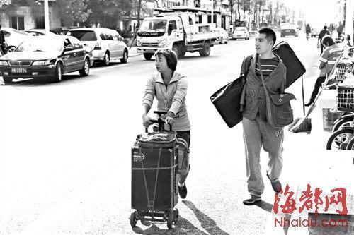 清晨,初到福州的夫妻俩在街头寻找适合的卖艺点