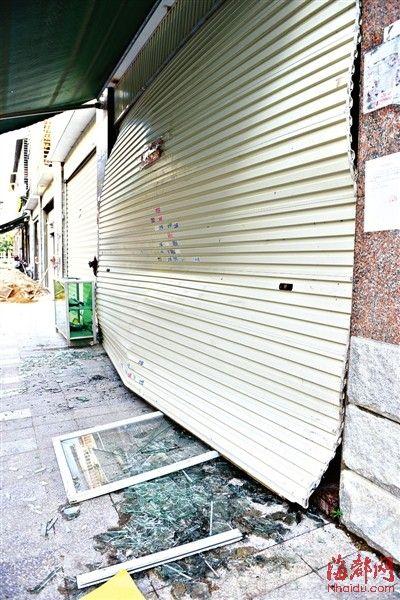 爆炸的冲击波很大,卷帘门被损坏,门框和玻璃落一地