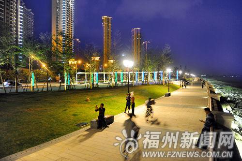 公园建有沿江步行道、自行车道以及篮球场、足球场和非动力儿童游乐场等。