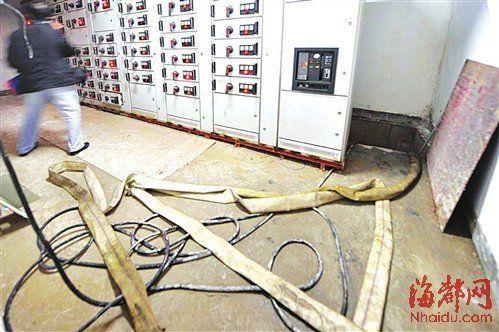 前几天因漏水,配电房被淹,导致整个大楼停电