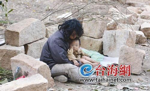 流浪女子带2岁男童睡树林