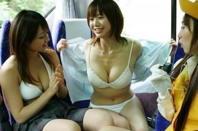 女生旅行脱衣露双乳日本美女换衣全程图女生旅行露双