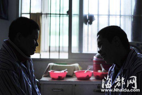 知道要送她们回家,两个越南新娘开心地笑了起来