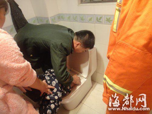 消防人员用洗洁精当润滑剂,慢慢移出男童的臀部