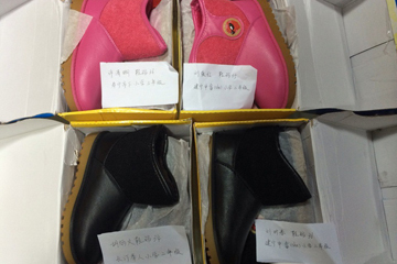 山东的爱心网友赠送给刘时春、刘红爱、胡炳火、许清晰四位小朋友一人一双保暖鞋