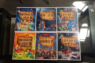匿名网友默默为谢文杰、谢丹兄妹俩寄来了6本精美的故事书