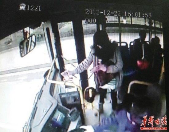 公交车监控显示女子将百元钞票一张一张投进投币箱