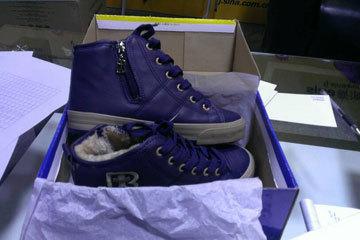 福州爱心网友欧先生亲自为刘时春送来了鞋子