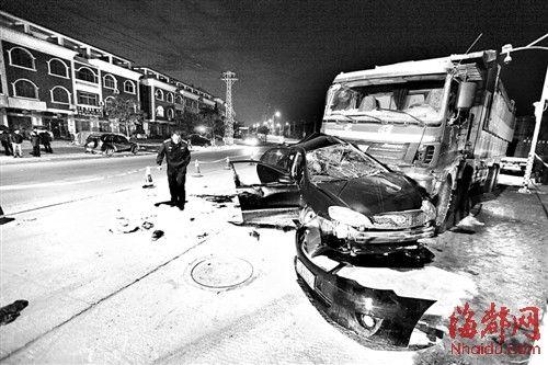 事故现场的惨状,小车车身撞上土方车,面目全非