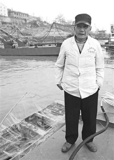 12月18日,陈阳喜在长江阳逻段,这是他平日下水打捞尸体的码头。新京报记者朱柳迪摄