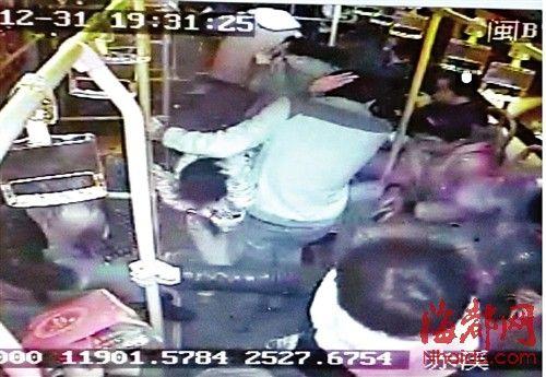 玻璃碎片飞溅,车内乘客急忙闪避(视频截图)