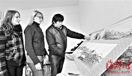 德国妞办国画展福建头一遭 花三多月学会中国画