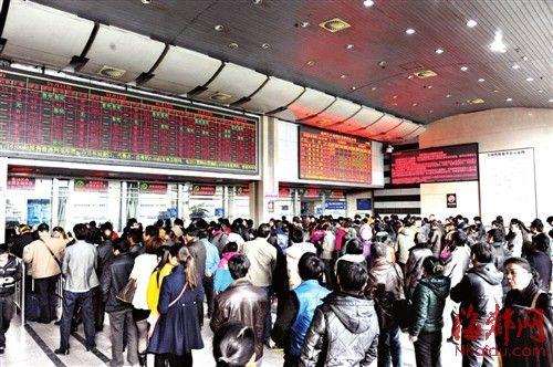福州火车站售票大厅内,买票的人排起长龙