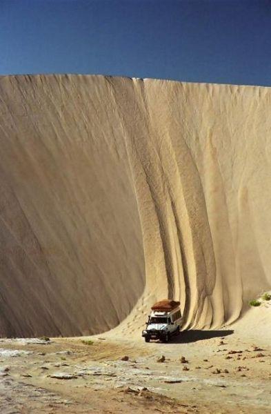在几乎直立的沙堆上开车而下