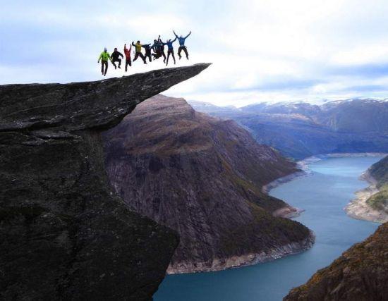 在凌冽的悬崖边上跳崖