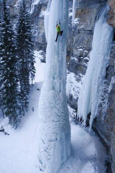 在近九十度的峭壁上攀爬