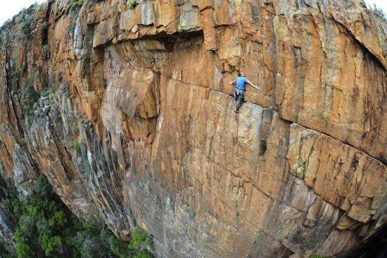 近九十度的峭壁上攀爬