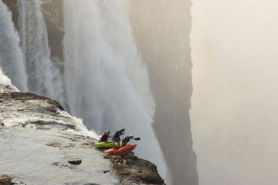 在飞流直下的瀑布中冲浪